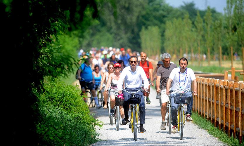 In Bici Lunga La Via Dacqua Nord Milano Italia