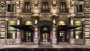 Ingresso dell'Excelsior Hotel Gallia a Milano