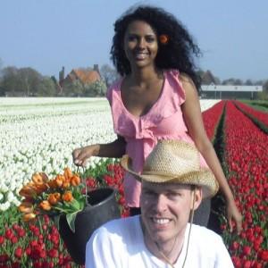 Edwin Koeman con la fidanzata Nitsuhe